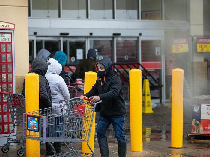 Dân Texas đội tuyết đi mua đồ tích trữ