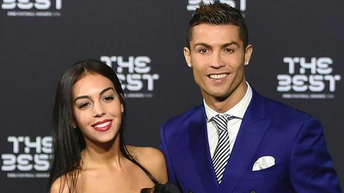 """Bạn gái Ronaldo du lịch vùng cấm lại """"live stream"""""""