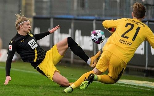 'Thần đồng' Moukoko không cứu nổi Dortmund