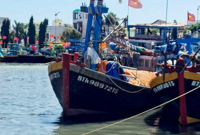 Tàu cá chìm trên biển Bình Thuận, 5 người chết và mất tích