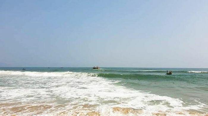 """Quảng Nam: """"Người hùng"""" lao xuống vùng biển xoáy cứu 3 học sinh"""