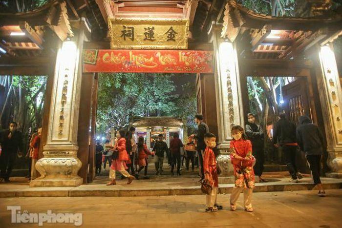 Rửa tay sát khuẩn, đeo khẩu trang: Người Hà Thành nô nức đi lễ chùa đầu năm