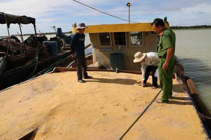 Không để tàu khai thác cát, sỏi trái phép trong lòng hồ Dầu Tiếng