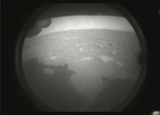 Tàu thám hiểm của NASA truyền về bức ảnh đầu tiên của Hành tinh Đỏ