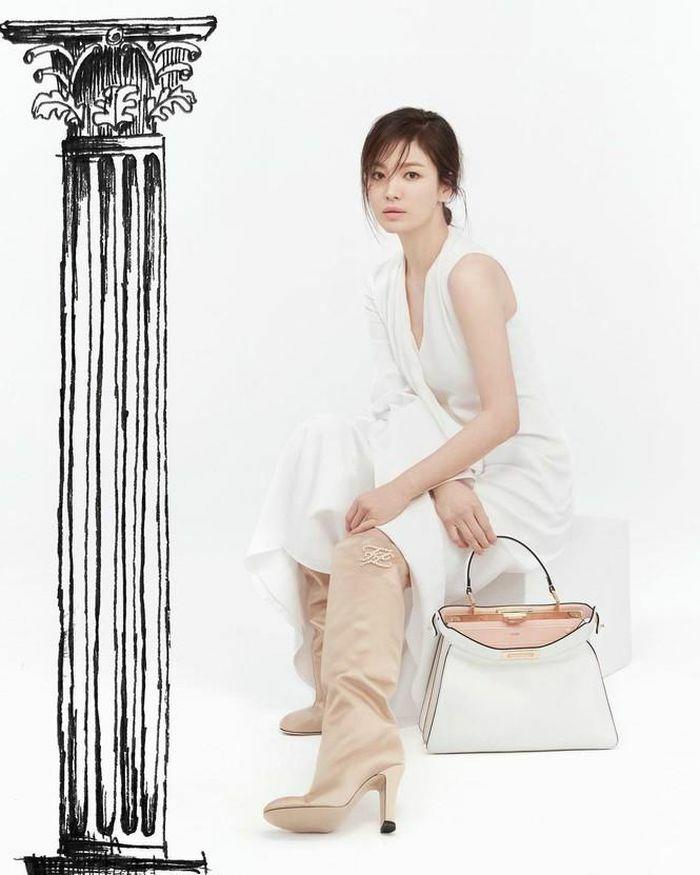 """Song Hye Kyo đăng bức ảnh quảng cáo """"sương sương"""" thôi cũng thấy thần thái cực chuẩn """"nữ thần"""""""