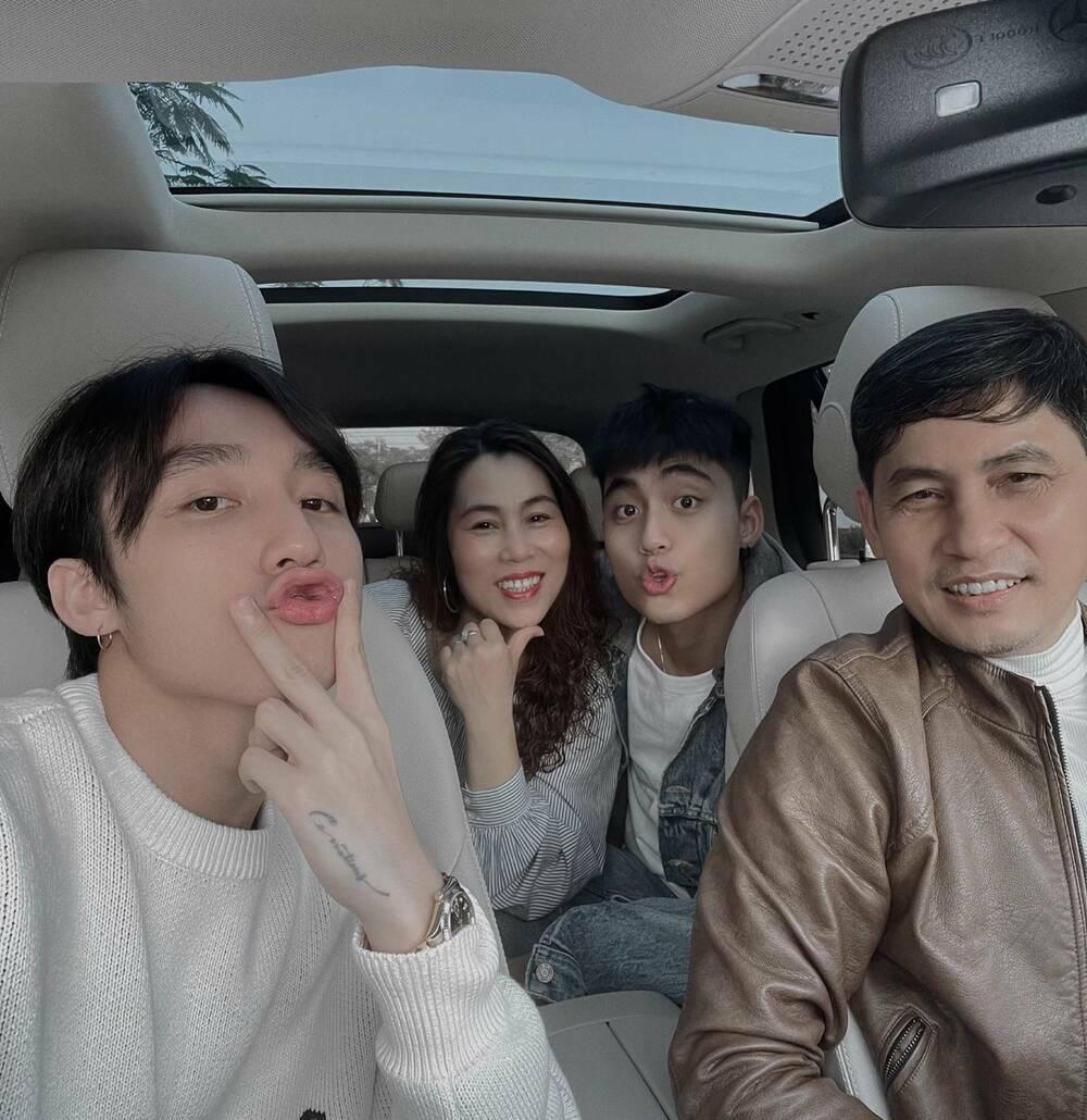 """Sơn Tùng M-TP đón Valentine cùng gia đình: Visual cả nhà chủ tịch """"không đùa được đâu"""""""