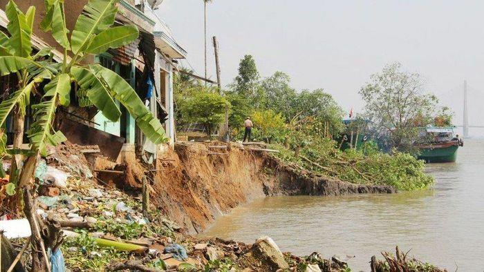 Hỗ trợ, di dời người dân trong vụ sạt lở 6 căn nhà đổ xuống sông Hậu