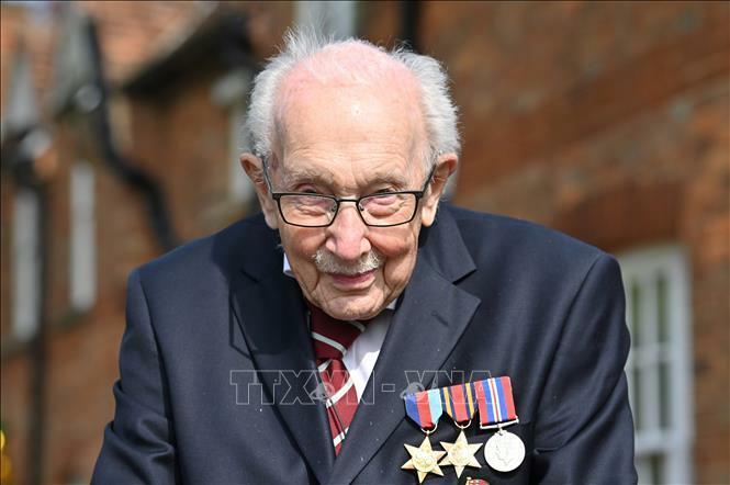 Nước Anh tiễn biệt hiệp sĩ Tom Moore
