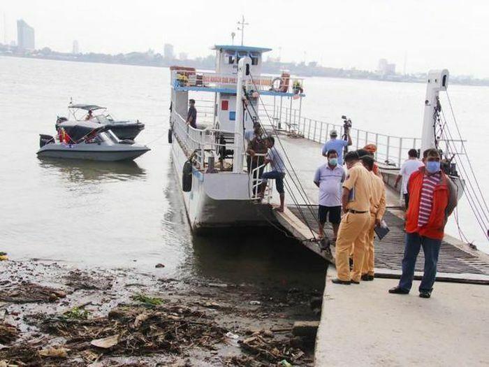Điều tra vụ 10 người rơi xuống sông Hậu vì sạt lở