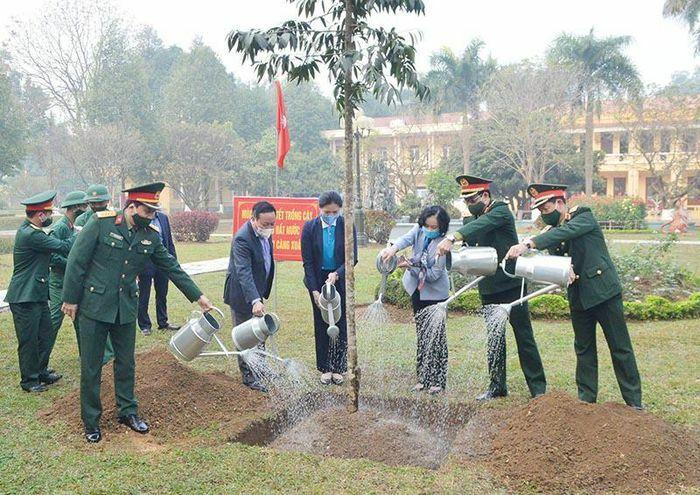 Trưởng ban Dân vận Trung ương Trương Thị Mai dự Tết trồng cây tại sư đoàn 308