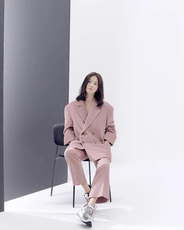 11 ý tưởng diện đồ màu hồng từ sao Hàn giúp bạn có vẻ ngoài vừa xinh vừa sang