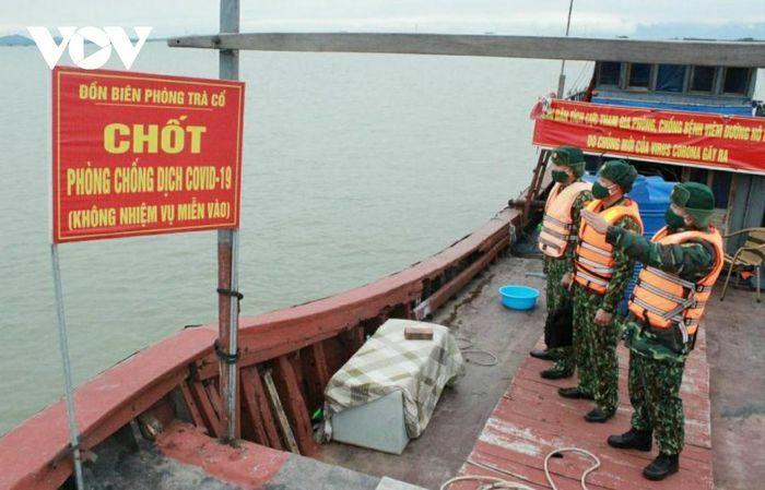 """Chiến sĩ """"cưỡi sóng"""", bám tàu trên biển ngăn dịch Covid-19"""