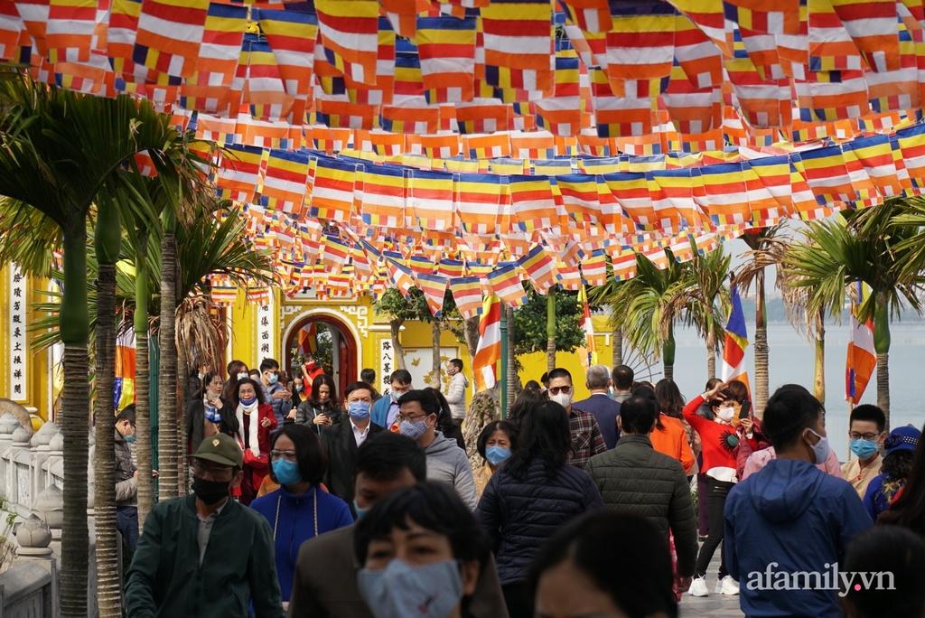 Hà Nội: Chùa Trấn Quốc, Phủ Tây Hồ đông kín người đi lễ ngày mùng 2 Tết, nhiều tuyến đường ùn tắc