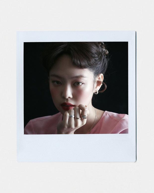 """Full không che ảnh tạp chí đang hot của Jennie (BLACKPINK): """"Mất máu"""" cảnh mặc độc quần yếm, tóc lởm chởm vẫn xinh hết chỗ chê"""