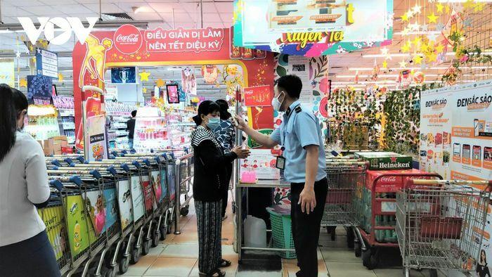 """Cảnh mua sắm, giải trí """"trong trật tự"""" của người dân TP HCM"""