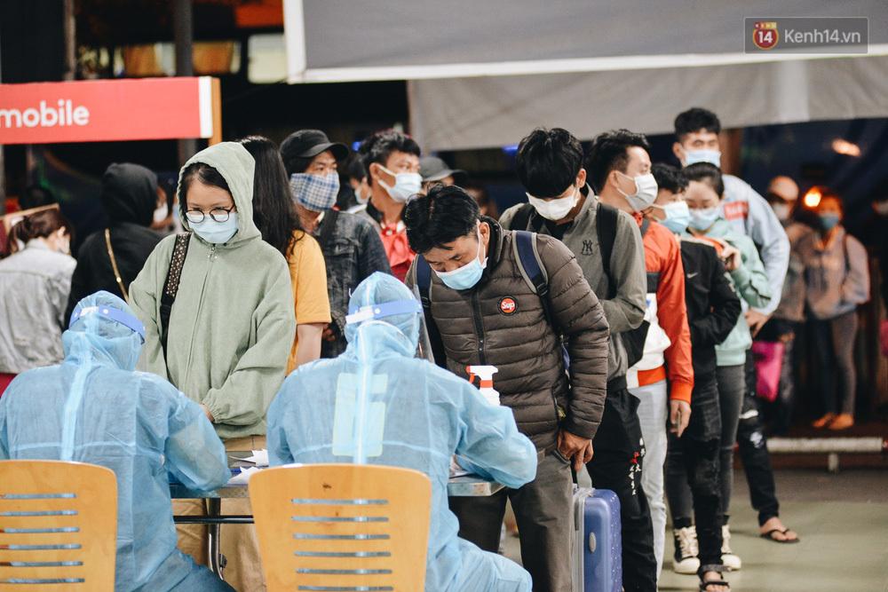 Ảnh: Hành khách đến TP.HCM từ 13 tỉnh có dịch xếp hàng lấy mẫu xét nghiệm tại bến xe Miền Đông