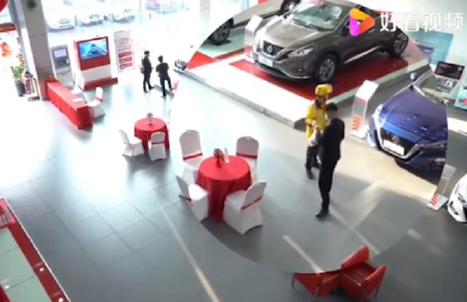 Giao hàng đến showroom, chàng shipper bất ngờ chốt đơn mua siêu xe bạc tỷ