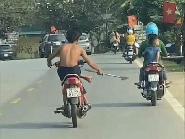 Thiếu niên 15 tuổi tay cầm dao phóng lợn, lái xe máy bằng chân