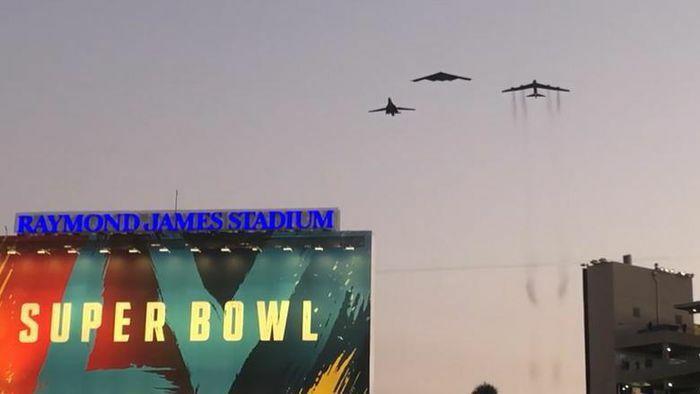 Bộ ba oanh tạc cơ chiến lược Mỹ bay… cổ vũ trận bóng bầu dục