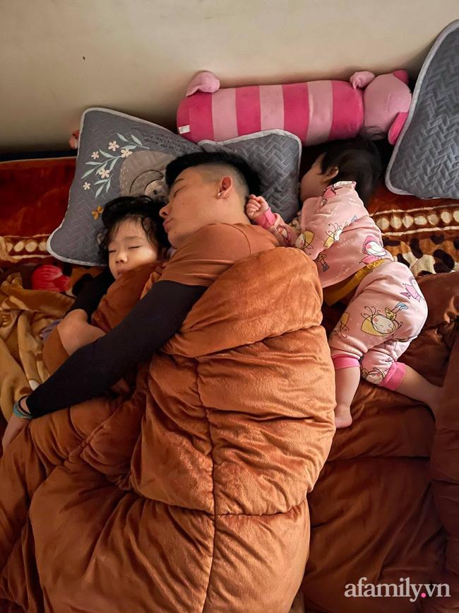 Bảo thương 2 con NHƯ NHAU nhưng đi ngủ bố chỉ ôm bé lớn, bé nhỏ nằm lủi thủi trông vừa thương vừa buồn cười