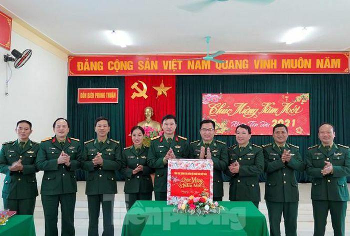 """Tuổi trẻ Quân đội trao tặng quà """"Xuân biên giới thắm tình quân dân"""""""