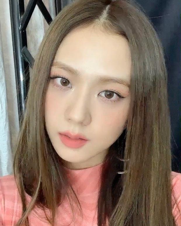 """Nhược điểm nhan sắc của """"nữ thần"""" Jisoo khiến cô phải che chắn kỹ bằng makeup đến độ bị đồn đã phẫu thuật thẩm mỹ"""