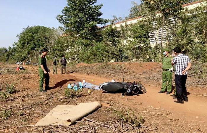 Nữ công nhân tử vong cạnh xe máy trong vườn cao su