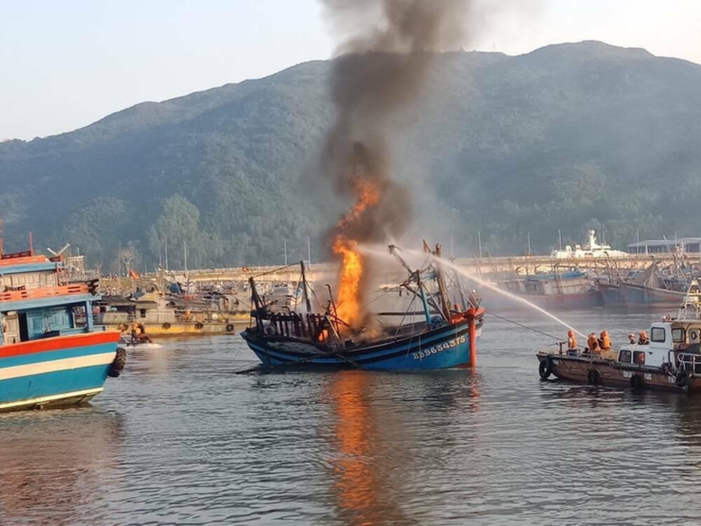 Cháy 3 tàu cá ở Đà Nẵng sáng mùng 3 Tết, ước tính thiệt hại 14 tỷ đồng