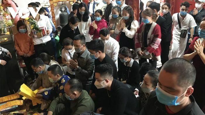 Người dân vẫn ùn ùn đến đền ông Hoàng Mười cầu an dù dịch Covid-19