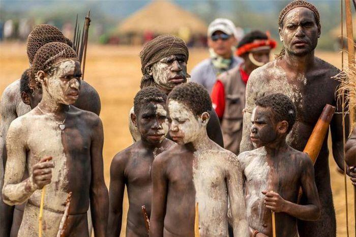 Những tập tục của bộ lạc biệt lập nhất thế giới ở Indonesia