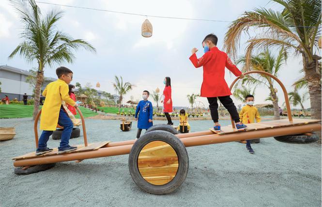 Áo dài Việt khoe sắc tại đường hoa Home Hanoi Xuan