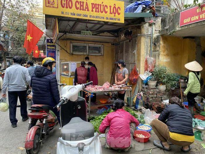 Thị trường chính ngày Ông Công ông Táo: Hoa quả đổ đống giá rẻ, cá chép đắt gấp đôi