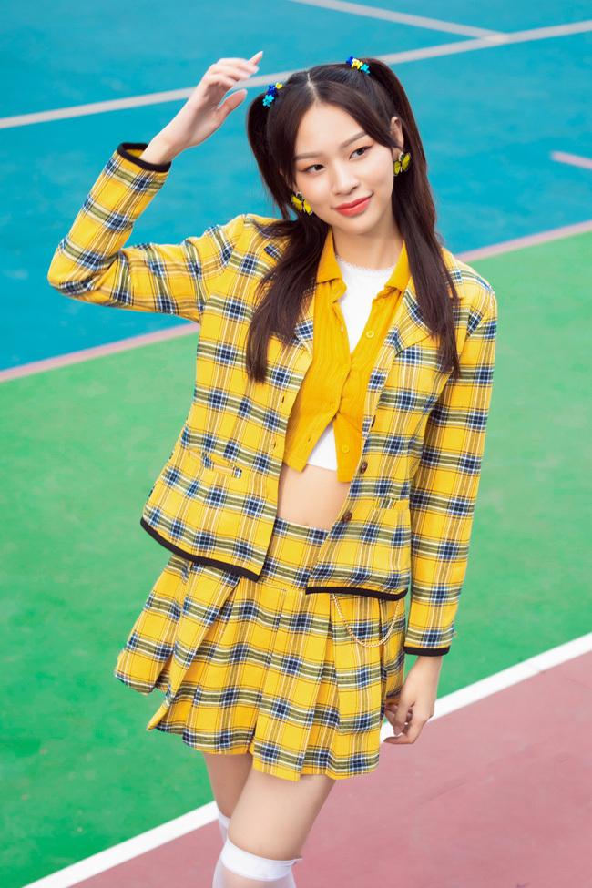 Bị chê hát dở mặt đơ, nhảy như tập thể dục, Phí Phương Anh vẫn ra MV mới, còn đặt tên bằng tiếng lóng nhạy cảm