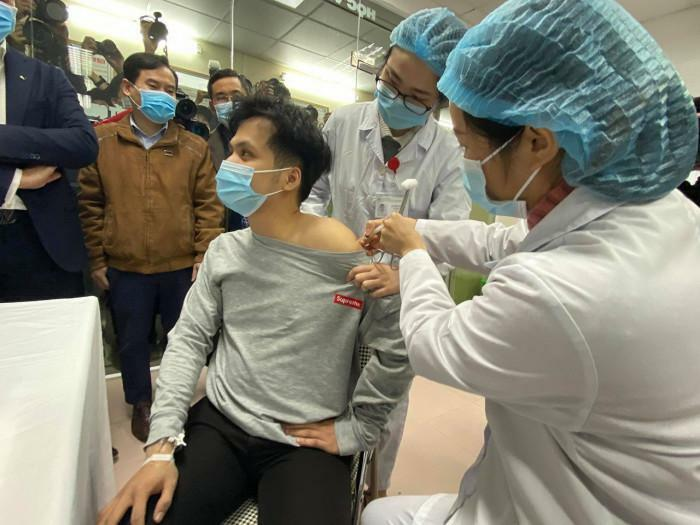 Việt Nam nên ưu tiên tiêm vaccine cho đối tượng nào?