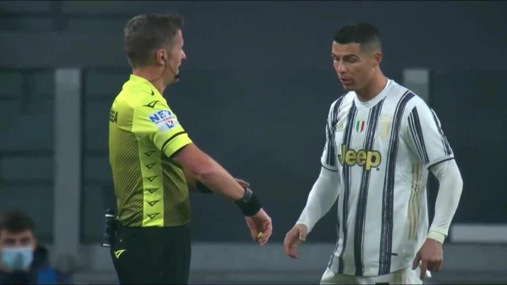 Trọng tài cười khi C. Ronaldo đòi xem đồng hồ