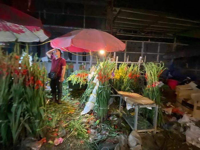 Chiều tối 30 Tết, chợ hoa lớn nhất Hà Nội vẫn nhiều hàng chờ khách