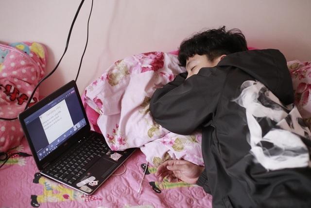 """Bi hài học online: Sinh viên ngủ quên, """"ngáy ngon lành"""" trong lớp"""