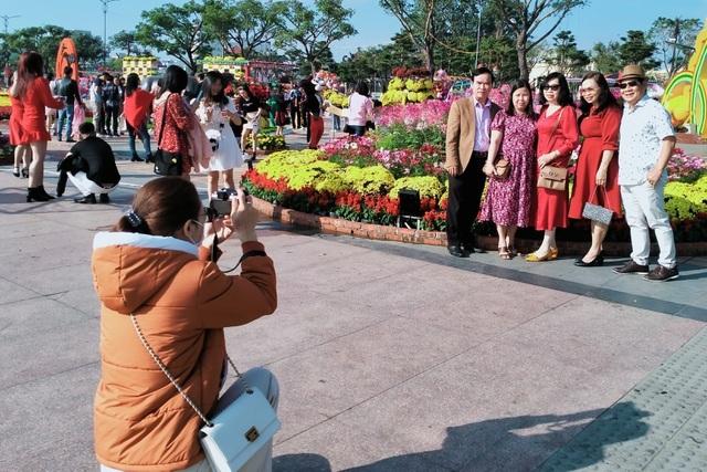 Thời tiết đẹp, người dân Đà Nẵng rộn ràng du xuân