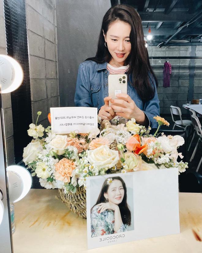 """Son Ye Jin tung ảnh selfie rạng ngời, ai dè bị """"dìm"""" nhan sắc đến mức mỹ nhân Vườn Sao Băng cũng phải vào góp ý"""
