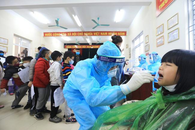 35 học sinh lớp 3E trường Tiểu học Xuân Phương có kết quả xét nghiệm âm tính lần 1