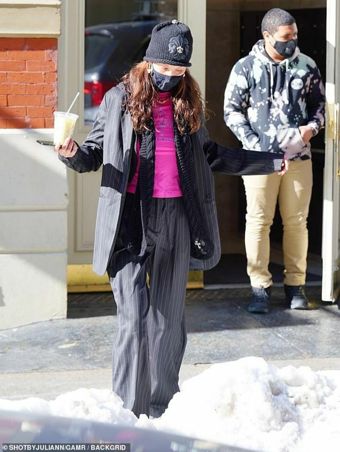 Bella Hadid tái xuất nổi bật trên đường phố New York
