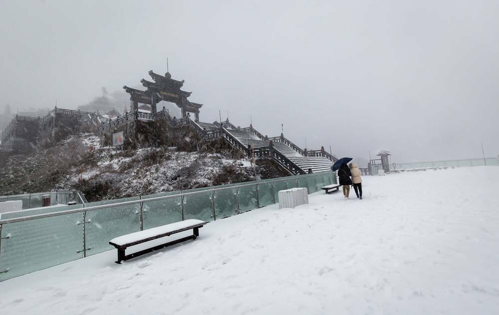 Trận mưa tuyết hiếm gặp xuất hiện trên đỉnh Fansipan