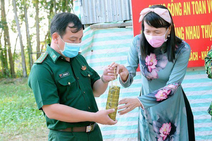 Cảm động cô giáo 1 chân mang bánh tét tiếp sức bộ đội chống dịch