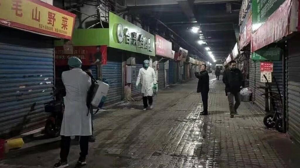 """Nhóm điều tra nguồn gốc Covid-19 của WHO đến chợ hải sản Vũ Hán, thấy cảnh """"kỳ lạ"""""""