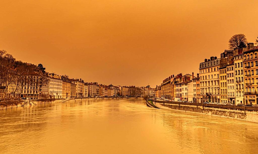 """Bầu trời châu Âu chuyển màu """"như tận thế"""""""