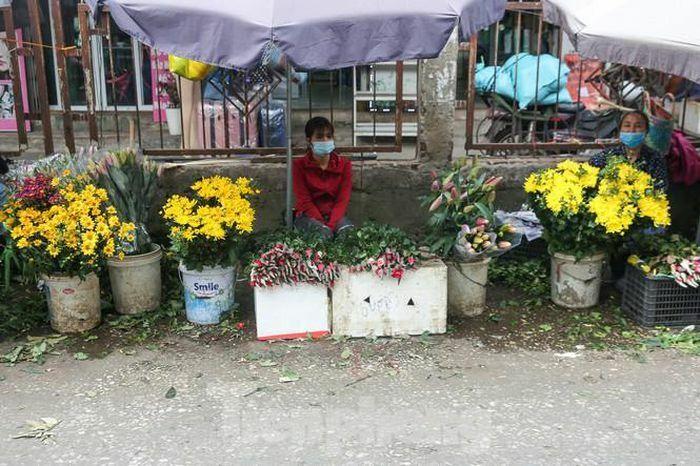 """Rằm tháng Giêng, làng Tây Tựu lo """"sốt vó"""" vì hoa ế ẩm"""
