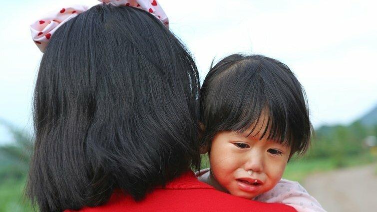 Bé gái 5 tuổi khóc không dám nhảy xuống hồ nước 5 mét: Làm ơn, đừng ép con bạn phải dũng cảm