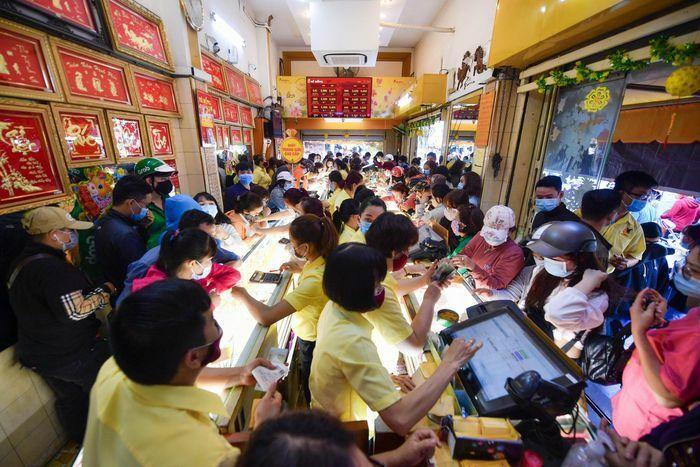 Dành cả tiếng đồng hồ để chọn mua vàng ngày vía Thần Tài ở TP.HCM