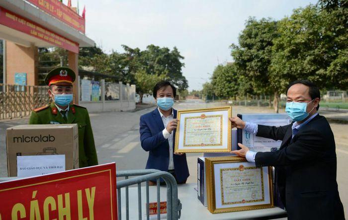 Hiệu trưởng Tiểu học Xuân Phương nhận giấy khen nhờ chống dịch
