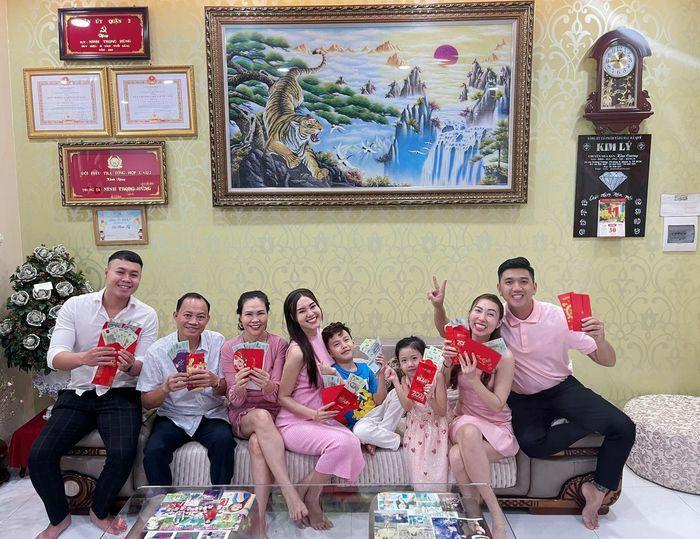 Lan Ngọc, Angela Phương Trinh quây quần bên gia đình ngày Tết